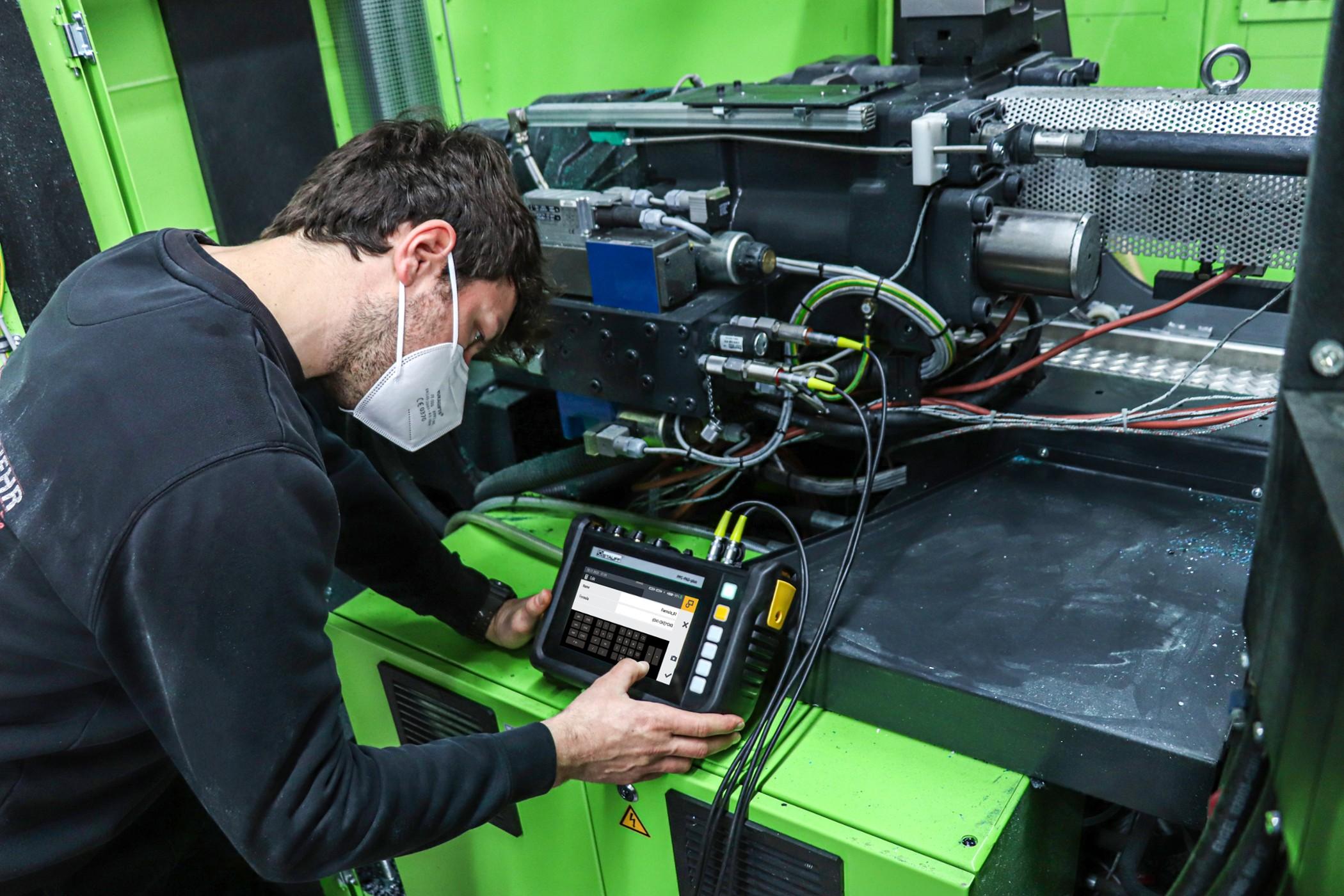 Wartung einer Spritzgießmaschine in der Industriehydraulik